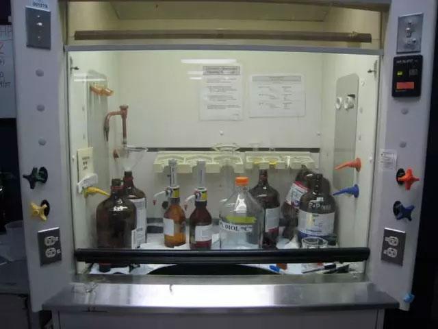 禁止:化学品存储在通风柜里是错误的做法
